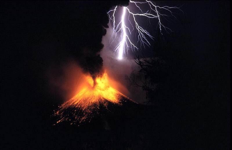 Błyskawica wulkaniczna powstaje w chmurze pyłów wulkanicznych po erupcji