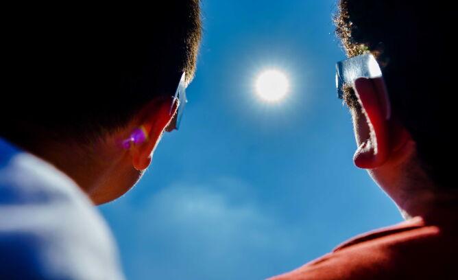 Częściowe zaćmienie Słońca w Holandii (PAP/EPA/Marco de Swart)